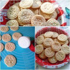 A karácsonyi hópehely keksz recept hozzávalói:10 dkg kókuszreszelék15 dkg liszt10 dkg cukor10 dkg vaj,egy tojás,fél kávéskanál sütőporkevés tej ha