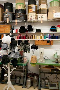 Machines, outillages et boîtes à chapeaux