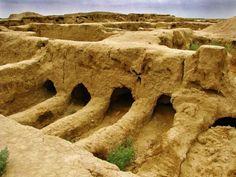 Gonur Depe, la forteresse méconnue du Turkémistan Couvert à 80% par le désert de Karakoum, le Turkménistan recèle des vestiges millénaires dont certains rivalisent avec l'ancienne Babylone. Traversé par la route de la soie, le pays est ponctué de cavernes qui s'étendent sur des kilomètres, démontrant une occupation humaine ancestrale dont le bijou est la forteresse monumentale de Gonur Depe datant de 2.300 avant JC avec ses temples et son immense nécropole (28 hectares).