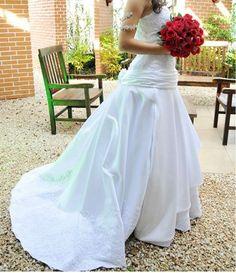 Venda Vestido de Noiva – Ótimo Estado – São Paulo - Venda Vestido de Noiva - Tecido levemente brilhoso, trabalhado com rendas no corpete que realçam o busto e na barra. Possui imitação de espartilho nas costas