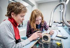 Ideen bak Skaperskolen er at elevene i grunnskolen skal lære å bruke både analoge og digitale kunnskaper til å løse praktiske oppgaver. Foto: Gorm K.Gaare. Headset, Headphones, Ear Phones, Ear Phones, Helmet