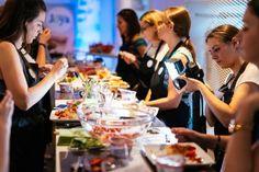 Zusammen mit über 20 Foodbloggerinnen wurde ein leichtes veganes Menü mit dem pflanzlichen Pendant zum griechischen Jogurt kreiert. Fazit: Genuss pur und viele strahlende Gesichter.  #foodblog #blogger #lifestyle #event #joyaworld #joya #kochen #kochworkshop #lebensfreude Table Settings, Blog, Inspiration, Vegan Menu, Joie De Vivre, Vegans, Faces, Cooking, Tips