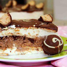 Pavê Russa: Creme de baunilha, creme de chocolate e biscoito. Cobertura de chocolate e pedaços de bombons de castanha de caju.  #love #DiNorma #instagood #photooftheday