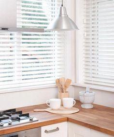 houten jaloezieën in de keuken afgewerkt met mooi ladderend. Verkrijgbaar bij Rolgordijnwinkel.nl op de website www.rolgordijnwinkel.nl