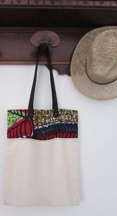 Borsa in tela di cotone e stoffa africana, shop bag stoffa africana, wax africano color rosso blu verde con manico nero. Pezzo unico.
