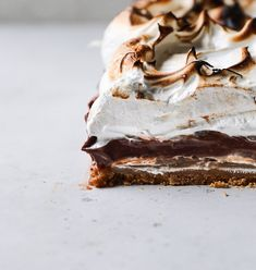 Salted Caramel S'mores Tart starts with an easy graham crust, a layer of caramel, creamy chocolate pudding and topped with charred marshmallow. Chocolate Graham Crackers, Chocolate Marshmallows, Chocolate Desserts, Tart Recipes, Sweet Recipes, Baking Recipes, Dessert Recipes, Dessert Ideas, Chocolate Espresso