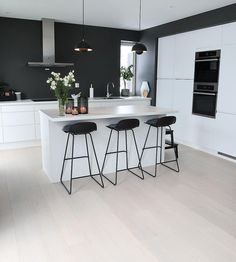 Det nydelig hjemme til er absolutt verdt en tur innom Kitchen Room Design, Modern Kitchen Design, Home Decor Kitchen, Kitchen Living, Kitchen Interior, New Kitchen, Interior Design Living Room, Home Kitchens, Interior Modern