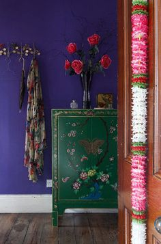gorgeous colbalt blue walls, rich green cabinet, pops of pink  olaalhaeezuvim.blogspot.com