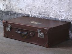 Similar to those in Disney's new Dumbo Movie Shabby Chic Mirror, Rustic Mirrors, Vintage Shabby Chic, Vintage Suitcases, Vintage Luggage, Leather Suitcase, Uk Images, Under Bed Storage, Dumbo Movie