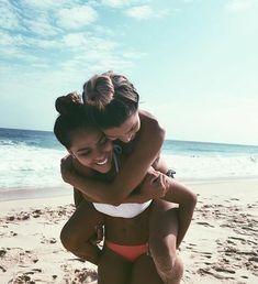 How to Take Good Beach Photos Sister Beach Pictures, Cute Beach Pictures, Cute Friend Pictures, Vacation Pictures, Cruise Pictures, Photo Best Friends, Best Friend Photos, Best Friend Goals, Beach Best Friends