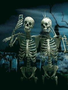 Fondos animados de Halloween como estos simpáticos esqueletos que puedes descargar gratis online.