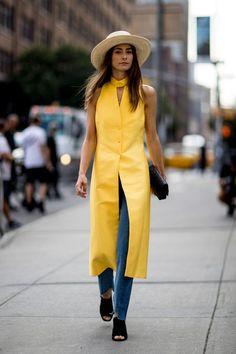Não acho que uma cor sai de cena por inteiro para entrar outra. Na minha opinião, uma vira a tendência do momento e, por isso, aparece mais. Bom, agora, parece que é a vez dos looks amarelos reinarem.