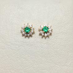 a00927c34aaa Aretes en oro de 18K con esmeraldas y circones.