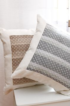Valkoiseen rohdinpellavaloimeen kudotuissa tyynyissä on kuteena ohut villalanka moninkertaisena. Kristalli -tyynyt (3377) Mallikerta nro 4/2011.