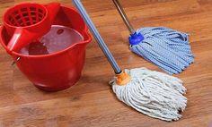 Szódabikarbóna (1 csésze)  Padlóra    Nem kívánt karcolások nélkül szabadulhatsz meg a makacs piszoktól a padlón, ha 1 csésze szódabikarbónát keversz el a meleg felmosóvízben. Ez a módszer úgy távolítja el a szennyeződést, hogy egyúttal megkíméli a parketta viaszát és a csempe fényességét. A különösen ragaszkodó foltokat alaposabban át is dörzsölheted egy rongy segítségével, majd tiszta vízzel töröld át a felület öblítésképpen.