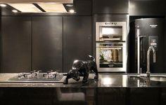 Cozinha preta. Marcenaria em fórmica e eletrodomésticos em aço inox e pretos