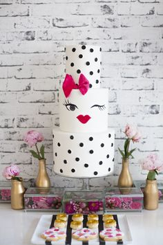 Kate Spade inspired Bridal Shower. Gold, pink and monochrome colour scheme, teamed up with a loft-like brick backdrop! | Shower de novia con inspiración Kate Spade. Dorado, rosado y una combinación de colores blanco y negro se asoció con un telón de fondo de ladrillo expuesto tipo loft. #LessIsMore #MenosEsMás.