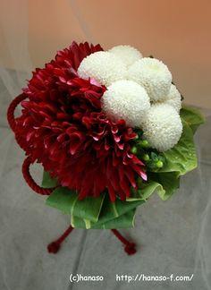和装用ブーケ マム×ダリア : Hanaso Side-B Flower Girl Bouquet, Hand Bouquet, Xmas Decorations, Flower Decorations, Flower Arrangements Simple, Red Wedding Flowers, Valentines Flowers, Flower Ball, Japanese Flowers
