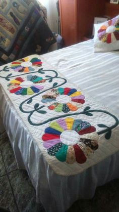 Dresden Plate flowers Bed Runner - Don't entirely like the vine placement, but love the rest of it. Dresden Plate Patterns, Quilt Patterns, Amish Quilts, Barn Quilts, Patch Quilt, Applique Quilts, Dresden Plate Quilts, Pineapple Quilt, Flower Quilts