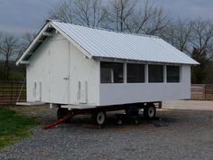 Whitmore Farm: Chicken Tractor - now THAT'S a chicken tractor! Chicken Shed, Mobile Chicken Coop, Clean Chicken, Portable Chicken Coop, Chicken Coop Plans, Chicken Runs, Diy Chicken Coop, Farm Chicken, Types Of Chickens