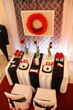 A tökéletes alapot ehhez a dekorációhoz, egy  vörös szőnyeg adta. Gift Wrapping, Gift Wrapping Paper, Wrapping Gifts, Gift Packaging