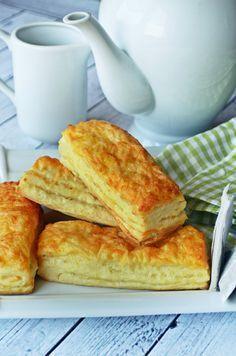 Ez egy olyan péksütemény, ami foszlós, puha és, a rétegei között vaj és sajt sül össze. A konyhát belengi az illata, és ember legyen a talpán, aki... Salty Snacks, Quick Snacks, Cake Recipes, Snack Recipes, Dessert Recipes, Savory Pastry, Hungarian Recipes, Dessert Drinks, Food 52