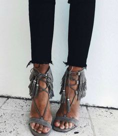 Really need some fringy heels! Carrie Bradshaw, Crazy Shoes, Me Too Shoes, Look Fashion, Fashion Shoes, Fashion Beauty, Talons Sexy, Mode Shoes, Zapatos Shoes