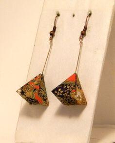 Modèle original de boucles d'oreilles en origami plié avec du papier traditionnel japonais (Yuzen washi).   Une idée de cadeau unique et raffiné qui plaira à tous.  Longue - 5279171