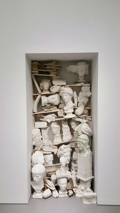 art contemporain grec : Jannis Kounellis, 1980, installation, sculpture antique, accumulation, plâtre, Arte Povera, blanc