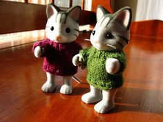 I recently was fumbling with sock yarn and size 0 needles...all so Henry's kitties could be cozy.   My friend Britt came over last weekend a...
