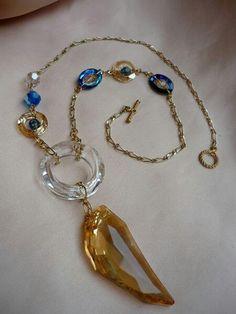 Collar de largo medio elaborado con Cristalea Swarovsky en tonos contrastantes, sobre herraje goldbfilled.