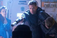 Luke Macfarlane/D'avin supports a semi conscious John with one arm and strainght arms a shotgun at someone with the other, a Delle Seyah srands by looking mighty purty. Killjoys Tv Series, Killjoys Syfy, Sci Fi Tv, Character Modeling, Favorite Tv Shows, Movie Tv, Fangirl, Entertaining, Teaching