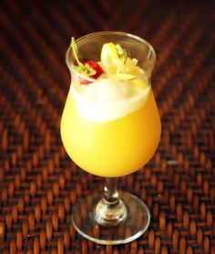 21 Boozy Ice Cream Cocktails That Will Float Your Boat via Brit + Co Vodka And Pineapple Juice, Pineapple Ice Cream, Pineapple Whip, Lemon Ice Cream, Vanilla Bean Ice Cream, Wine Ice Cream, Ice Cream Floats, Dessert Drinks, Yummy Drinks