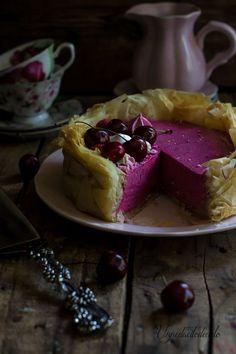 Una maravilla de tarta con masa de pasta philo y mousse de cereza. No dejes de probarla. Te dan la receta desde el blog UN PEDACITO DE CIELO.
