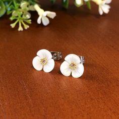 貝殻を花びらの形に加工したチャームの中央にスワロフスキー、ブリオンをあしらった小さな花のピアス。1cmのすっきりとしたサイズでシーンを選ばず付けて頂けるデザインです。貝殻の自然な艶があり品があるので彼ママとの対面、義実家訪問、保護者会etc…、第一印象で「好感度」を与えるシンプルで上品なアクセサリーなので、たくさんの場面で活躍すると思います。ピアス部分はチタンポストで金属アレルギー対応。※イヤリングは他カートで販売しています。●カラー:ホワイト・ゴールド・クリア●サイズ:1cm×1cm●素材:貝殻(シェル)・スワロフスキー・金メッキ・真鍮・チタン●注意事項:アレルギーに対応していますがかゆみ等ありましたらすぐに外して下さい。高いところから落としたり強く引っ張りすぎるとパーツが破損することがありますので優しく扱いください。●作家名:deckne#貝殻 #シェル #花びらの形 #スワロフスキー #小さな花 #上品 #金属アレルギー対応 #かゆくなりにくい #安心 #肌荒れしにくい #敏感肌 #かぶれにくい #肌に合う #アレルギーコート #レジン #メッキ #樹脂イヤリング…