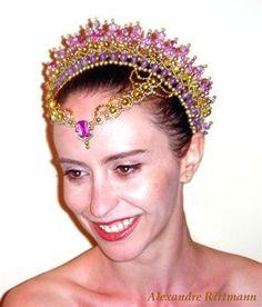 Tiaras para Ballet Sou um bailarino que confecciona tiaras,coroas,colares....todos os adereços que você precisar para o seu espetáculo. Este...