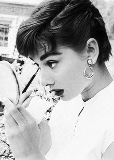 Audrey Hepburn - 1953 - Audrey Hepburn, Touch Up on The Set of Sabrina - Photo by Mark Shaw - https://www.1stdibs.com/art/photography/color-photography/mark-shaw-audrey-hepburn-touch-up-on-set-of-sabrina/id-a_80294/