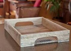 Recycled Pallets DIY Wood Serving Tray - We have made this such a nice piece of DIY pallet tray, which would be a highly serviceable object at every edge of home where any king of servings take place. Wooden Pallet Projects, Pallet Crafts, Wood Crafts, Diy Projects, Diy Crafts, Handmade Crafts, Pallet Ideas, Recycled Pallets, Wooden Pallets