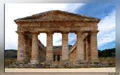 Griekse Tempel met gladde zuilen en met Dorische Kapitelen. Bij (Memfi) Segesta.