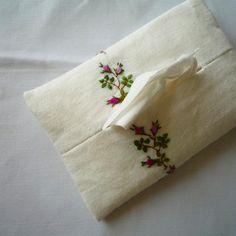. . ミニ薔薇のティッシュケース。。。 . #embroidery #flowerembroidery #flola #flower #rose #handembroidery #handmade #needleart #needlework #手作り #手仕事 #手刺繍 #花刺繍 #tissueholder