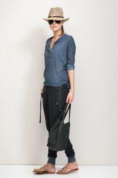Cooler Jeans-look mit Hut und Riemchen-Sandalen