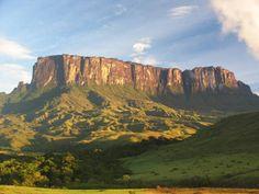 La Gran Sabana Está ubicada al sur de Venezuela, en el estado Bolívar, cerca de la frontera con Brasil y Guyana, a unos mil 300 kilómetros de Caracas ...