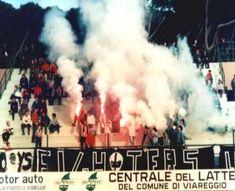 ultras fighters viareggio, cori fumogeni e bandiere in gradinata!