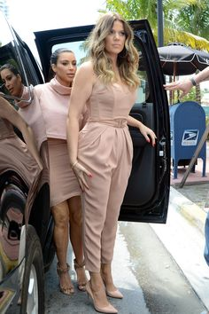 Khloe Kardashian con una tuta Elisabetta Franchi a Miami Kim Kardashian Sisters, Khloe Kardashian Style, Koko Kardashian, Maxis, Moda Casual, Glamour, Look At You, Queen, Her Style