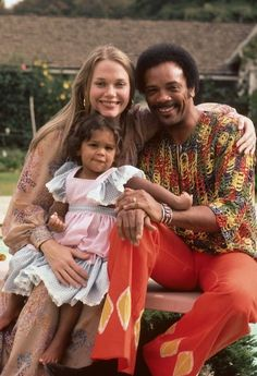 Quincy Jones with wife, actress Peggy Lipton of the television show Mod Square fame, and their daughter Kidada poolside at their California home. Photos by Moneta Sleet Jr. Quincy Jones Kids, Peggy Lipton Quincy Jones, Rashida Jones Bikini, 60s Tv Shows, Children Swimming Pool, Old Movie Stars, All In The Family, Interracial Couples, Before Us