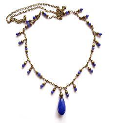 Långt halsband i brons med facetterade pärlor och en droppe av mörkblå jade. Längd: 76cm