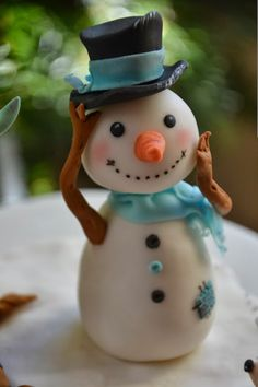 Little polymer clay snowman Christmas Cake Topper, Christmas Cake Decorations, Christmas Cupcakes, Noel Christmas, Christmas Crafts, Christmas Countdown, Christmas Ornaments, Xmas, Polymer Clay Ornaments