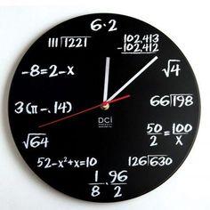 Eine witzige Geschenkidee für Lehrer, Mathe-Genies, Mathematik Studenten und Buchhalter. Die optisch ansprechende Mathe-Uhr im Tafeldesign.