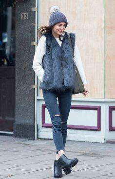 Street style look com colete de pêlo fake cinza Daisy Wise, calça jeans preta…
