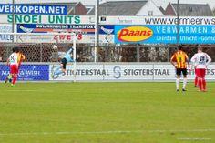 Kozakken Boys-doelman Basjan Munten is geklopt door de vrije trap van Mitchell Kappenberg (0-1). (01-03-2014)